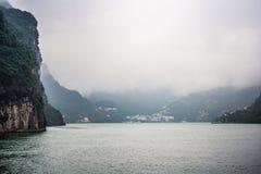 O Rio Yangtzé no dia chuvoso, flutuador do embaçamento sobre o rio fotografia de stock