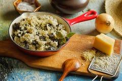 O risoto com cogumelo selvagem serviu pouca bandeja vermelha Fotos de Stock