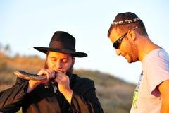 O ritual judaico - Tashlich Fotos de Stock Royalty Free