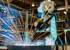O robô é peça de metal da soldadura na fábrica do carro fotos de stock royalty free