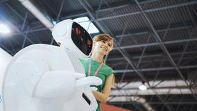 O robô caiu no amor, as emoções do robô Coração e smiley Mulher positiva que faz selfies com robô A menina video estoque