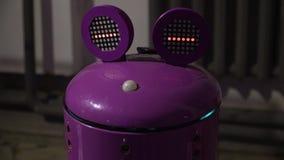 O robô com a cabeça de uma rã roxa move seus olhos filme