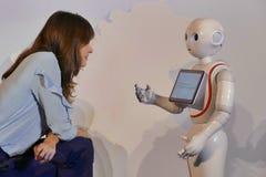 O robô da pimenta interage com os clientes do banco foto de stock