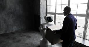 O robô entrega a caixa do pacote Sistema Cybernetic hoje Tecnologias robóticos modernas Robô autônomo do Humanoid