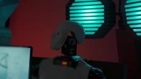O robô futurista olha como um ser humano é uma cabeça de gerencio no laboratório video estoque