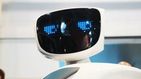 O robô olha na câmera e é surpreendido Tecnologias robóticos modernas O robô olha a câmera no vídeos de arquivo