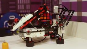 O robô recolhe um cubo do rubik Tecnologias robóticos modernas Inteligência artificial Sistemas Cybernetic hoje filme