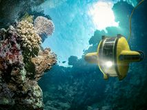 O robô subaquático explora o mar profundo fotografia de stock