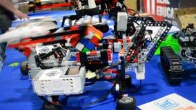 O robô compila o cubo de Rubik