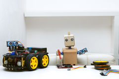 O robô realiza em suas mãos as peças para montar o robô, Fotos de Stock Royalty Free
