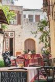 O Rodes, Grécia 05/30/2018 Restaurante local na rua principal de Sokratous O Rodes, cidade velha, ilha do Rodes, Europa foto de stock