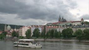 O rolamento nubla-se sobre o castelo de Praga e o rio de Vltava filme