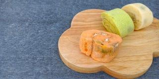 O rolo colorido do bolo de esponja ido mofado foto de stock royalty free