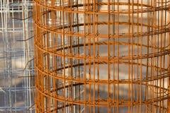 O rolo da cerca de fio vermelha do metal, pode usar-se para o fundo Fotografia de Stock Royalty Free