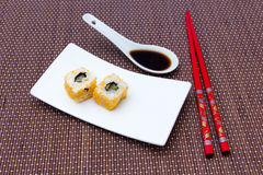 O rolo de Califórnia com salmões e mallotto eggs no bambu Fotografia de Stock