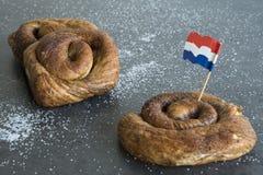 O rolo de pão holandês típico da canela, chamou Taça fotos de stock