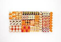 O rolo de sushi enorme ajustou - o rolo de Califórnia do maki do sushi Imagem de Stock