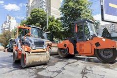 O rolo de vibração da estrada cinco pesada sela pronto para o reparo da estrada em uma cidade moderna Fotografia de Stock