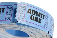 O rolo do azul admite os bilhetes um isolados no fundo branco, fim acima Imagens de Stock