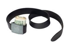 O rolo do dinheiro apertou pela correia de couro Fotografia de Stock