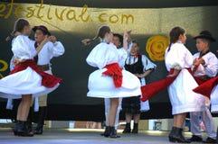 O Romanian caçoa o desempenho dos dançarinos do folclore Fotos de Stock Royalty Free