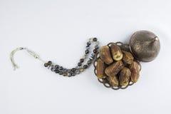 O rosário luxuoso perla com os frutos das datas isolados em um fundo branco Fotografia de Stock Royalty Free
