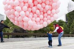 O rosa balloons o câncer da mama Fotos de Stock Royalty Free
