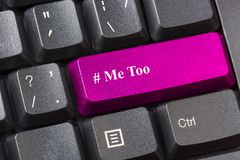 O rosa coloriu o botão imitação no teclado de computador preto Conceito do acosso sexual imagem de stock