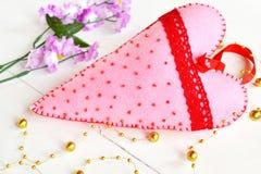 O rosa feito a mão sentiu o coração com grânulos e laço vermelho O Valentim sentiu o ornamento Corações sentidos Decoração do Val imagem de stock royalty free