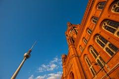 O Rotes Rathaus e Fernsehturm (torre) da tevê, Berlim imagem de stock royalty free
