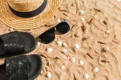 O roupa de banho do verão, os falhanços de aleta, o chapéu, os óculos de sol e as conchas do mar na areia encalham Foto de Stock Royalty Free