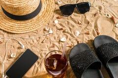 O roupa de banho do verão, os falhanços de aleta, o chapéu, os óculos de sol e as conchas do mar na areia encalham Fotografia de Stock Royalty Free