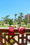 O roupa de banho vermelho das mulheres é secado no cerco do balcão no recurso Apreciando feriados fotos de stock royalty free