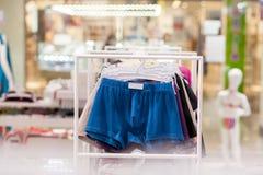 O roupa interior dos homens em um boutique Conceito anuncie, do venda e da forma imagem de stock royalty free