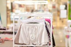 O roupa interior dos homens em um boutique Conceito anuncie, do venda e da forma fotos de stock