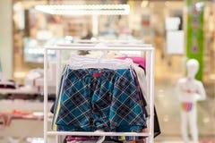 O roupa interior dos homens em um boutique Conceito anuncie, do venda e da forma imagem de stock