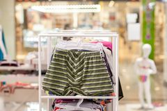 O roupa interior dos homens em um boutique Conceito anuncie, do venda e da forma fotografia de stock royalty free