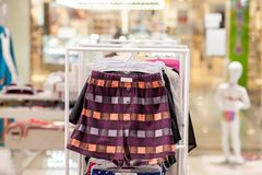 O roupa interior dos homens em um boutique Conceito anuncie, do venda e da forma foto de stock
