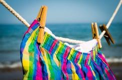 O roupa interior pendura em uma corda e é secado no sol Imagem de Stock