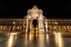 O Rua Augusta Arch de Lisboa Portugal na noite fotografia de stock royalty free