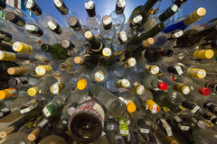 O rum vazio engarrafa pronto para reciclar Fotos de Stock Royalty Free