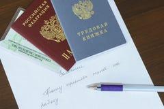 O russo documenta o passaporte, história de emprego, seguro imperativo da pensão do certificado de seguro na indicação escrita à  foto de stock