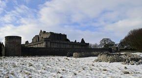 O século do castelo a14th de Craigmillar e foi usado enquanto um filme se ajustou para o Outlander e o rei foragido Imagem de Stock Royalty Free