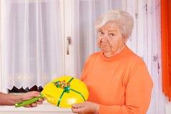 O sénior fêmea começ um presente mudo Foto de Stock Royalty Free