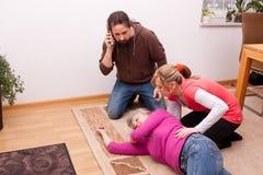 O sênior é inconsciente, serviço de salvamento de chamada da criança Fotos de Stock