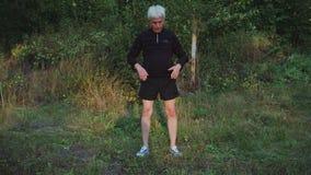 O sênior do ancião faz a manhã aquece exercícios antes de movimentar-se vídeos de arquivo
