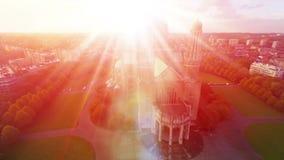 O símbolo da religião, luz brilhante da igreja, do símbolo do amor e do deus, adora aéreo video estoque