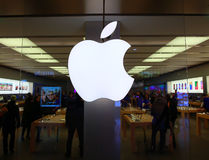 O símbolo de Apple Macintosh sobre a entrada da loja de Apple Imagem de Stock
