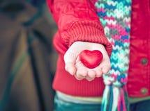 O símbolo do amor da forma do coração na mulher entrega o cumprimento romântico do dia de Valentim Imagens de Stock