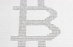 O símbolo do bitcoin é cifrado no código binário Imagens de Stock